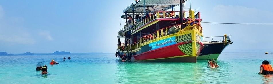 Морские прогулки на большой теплоходной лодке