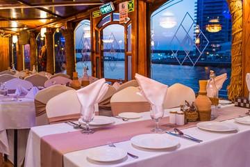 Ужин на арабской лодке в Дубае